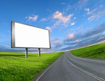 郊外路边的广告牌设计高清图片