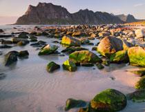 山峦与海边的乱石摄影高清图片