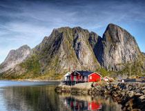 大山与水边的房子摄影高清图片