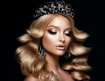 加冕后的秀发美女摄影高清图片