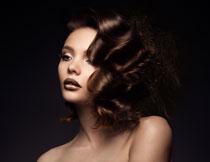 露着肩的卷发美女摄影高清图片