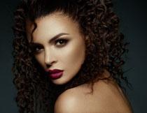 露肩红唇卷发美女摄影高清图片