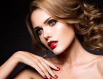 露肩打扮红唇美女摄影高清图片