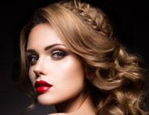 抹胸露背装扮红唇美女高清图片