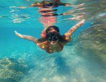 潜入水中的比基尼美女高清图片