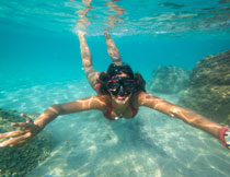 游到水下的比基尼美女高清图片
