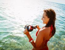 拿着潜水镜的美女人物高清图片