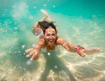 畅游水中的性感美女摄影高清图片