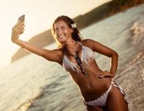 叉着腰自拍的美女摄影高清图片