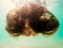 水下乱蓬蓬头发的美女高清图片