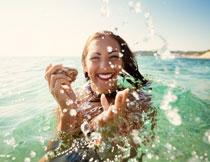 在戏水的美女人物摄影高清图片