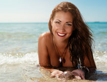 海中的披肩发美女摄影高清图片