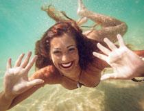 在游水的性感美女摄影高清图片