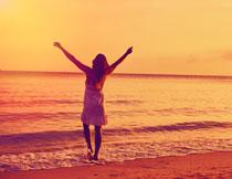 在海边张开双臂的美女高清图片
