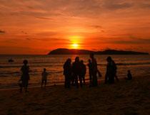在海边游玩的人群剪影高清图片
