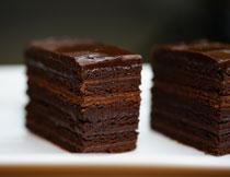 切得整整齐齐的巧克力蛋糕图片