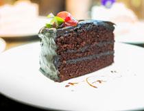 香甜可口的巧克力蛋糕高清图片