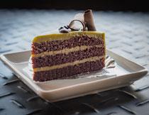摆在盘子里的蛋糕特写高清图片