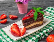 草莓与摆盘的蛋糕摄影高清图片