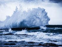 海面上激起的巨浪摄影高清图片