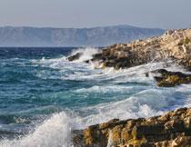 拍打着岸边礁石的海水高清图片