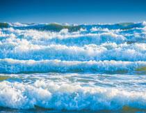 大海上涌向海边的波浪高清图片