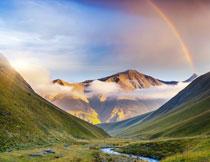 彩虹云雾与山谷的植被高清图片