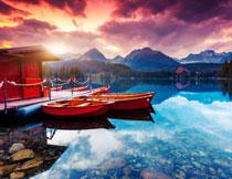 小木船与湖光山色摄影高清图片