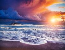 黄昏阳光照耀下的大海高清图片