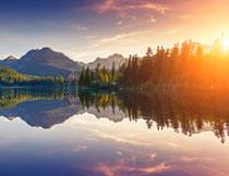 湖畔树林山峦风光摄影高清图片