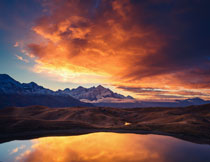 群山湖畔黄昏美景摄影高清图片