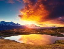 山峦湖泊黄昏风景逆光高清图片