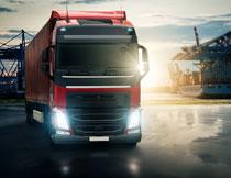 港口上运输的货车摄影高清图片