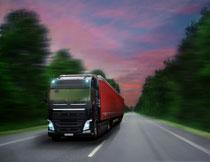 瑰丽云彩与路上的货车高清图片