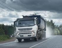 公路上行驶的货车摄影高清图片