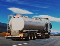 蓝天白云与槽罐车摄影高清图片
