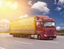 阳光下的运输车辆摄影高清图片