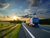 庄稼地农田与道路上的货车图片