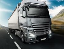 银灰色外形的重型卡车高清图片