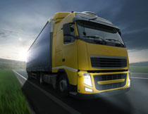 正疾驰在道路上的卡车高清图片