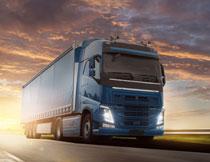 路上的蓝色集装箱卡车高清图片