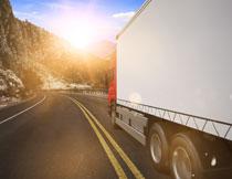 正要进入隧道的卡车高清图片