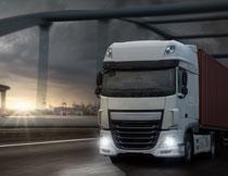 货物运输车辆逆光摄影高清图片