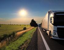 农田边公路上的大货车高清图片