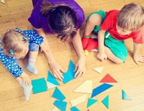 在一起学习折纸的儿童高清图片