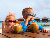 喝着椰汁的俩小孩人物高清图片
