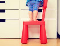 踩凳子上的小女孩摄影高清图片
