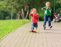 在玩滑板车的儿童摄影高清图片