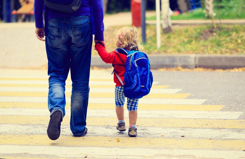 关键字栏: 人物儿童背包书包过马路牛仔裤男人男性父女金发背后背影