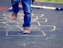 地上划线玩游戏的儿童高清图片